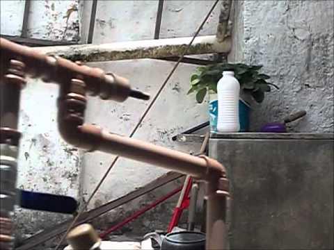 Arma de ar comprimido caseira, feita de pvc.