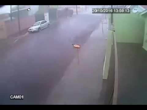 Vídeo Vídeo: Tempestade com ventos fortes também castiga Ibaté