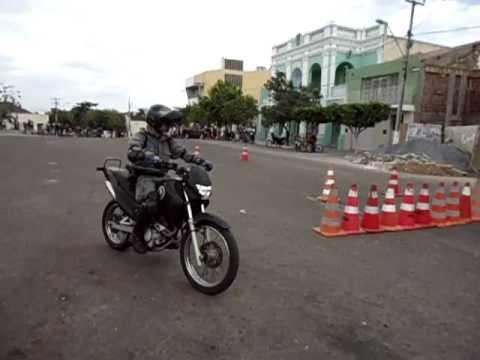 Policial Empinando Moto