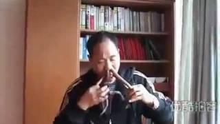 Orang ini memasukan ular pada hidungnya