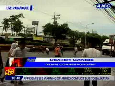 DZMM's Dexter Ganibe: Sarado ang buong Sucat Rd. Dala ng mga residente ang kanilang mga bato.