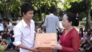 dongphuong trao quà cho đại diện trường Khuyết tật - Phan Ngoc Hien Onine Tu Thien