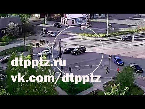 На улице Чапаева столкнулись внедорожник и легковой автомобиль