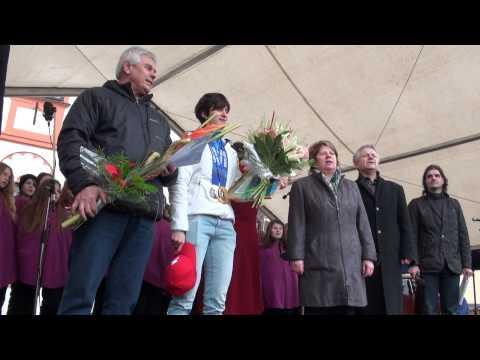 Martina Sáblíková a Petr Novák zpívají hymnu na žďárském náměstí
