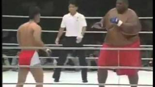 Luta Incrível Lutador De 300kg Contra Um De 75kg O.O