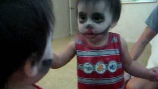 Bebe se asusta a si mismo en el espejo