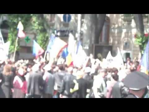 Un provocator blochează coloana de protestatari