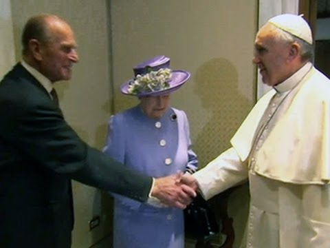 Queen Elizabeth and Pope Francis exchange gifts
