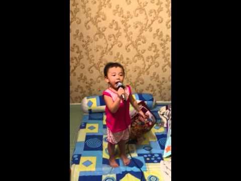 Bé mai thủy 3 tuổi hát bài Xin đừng bỏ con mẹ ơi