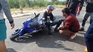 Bé trai 48 kg vật vã dựng xe mô tô PKL sau khi làm đổ (Yamaha R3 - 320cc nặng 180Kg)