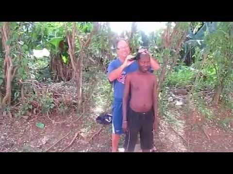 Haïtien en République Dominicaine: Vidéo coupe de cheveux
