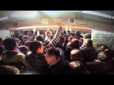 Desespero, tumultos y empujones: el día a día en TransMilenio
