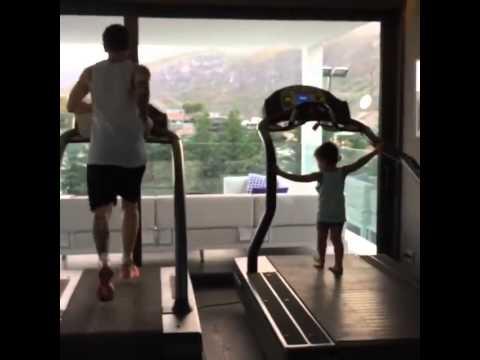Thiago miệt mài tập chạy cùng bố Messi