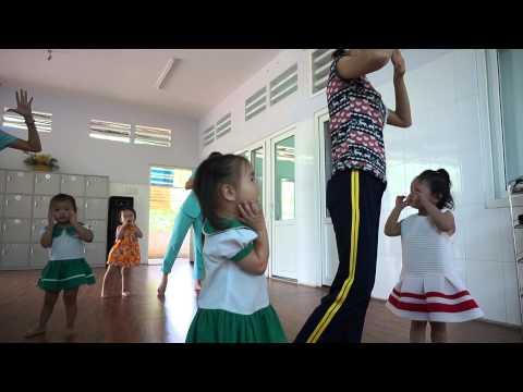 Nhà trẻ tập múa Cô giáo em là hoa ê-ban