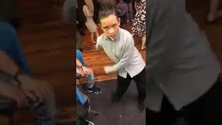 Niño bailando banda