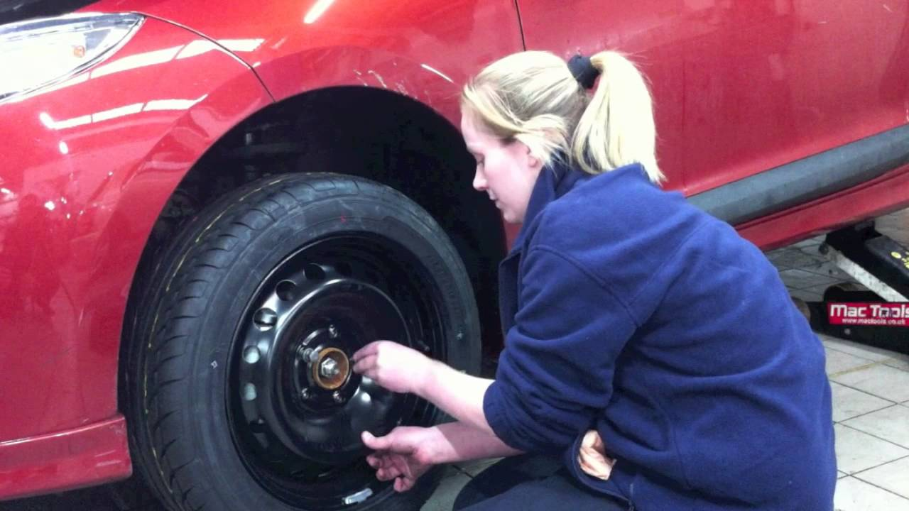 how to change a tyre charles hurst renault winter tip4. Black Bedroom Furniture Sets. Home Design Ideas