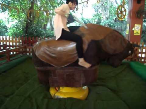 Em gái quê lên thành phố chơi cưỡi bò !