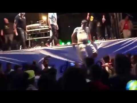 GANDU NOTÍCIAS - Cantor da Trio da Huanna cai de cima de palco