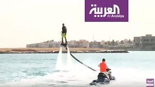 سعودي يقوم باستعراض بهلواني فوق الماء في جدة |