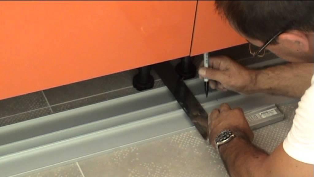 Montage D 39 Une Cuisine D Coupes Et Fixation Des Plinthes En Aluminium Youtube