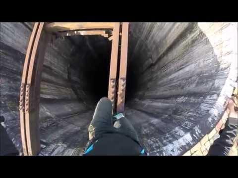 Бестрашен дечко од Романија без опрема се качува на оџак висок 280 метри