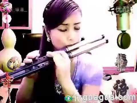 Đã xinh lại còn biết thổi  sáo nữa