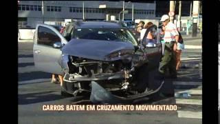 Carros batem em no cruzamento das avenidas Andradas e Contorno, em BH