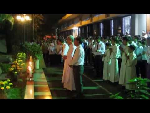 Hình ảnh trong video GXNĐ- Cộng Đoàn Giáo Xứ viếng mộ