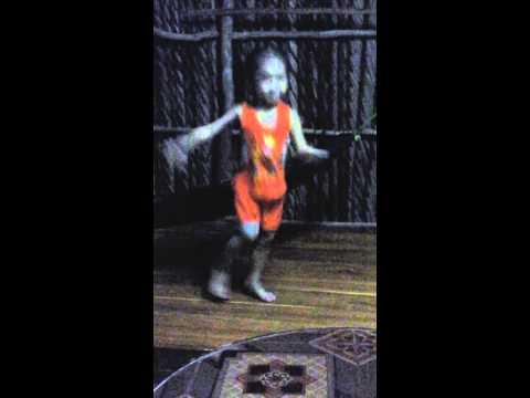 Bé gái 3 tuổi nhảy Con Bướm Xuân