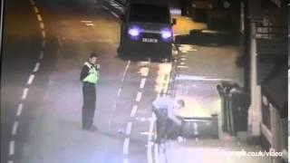 شاهد بالفيديو.. تعامل الشرطة البريطانية مع شاب يُلقي القمامة بالشارع | زووم