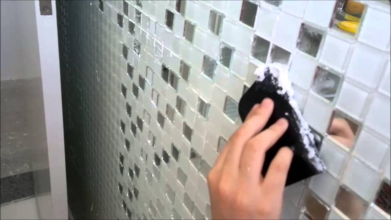 Como rejuntar pastilhas de vidro  YouTube -> Banheiro Com Pastilha De Vidro Espelhada