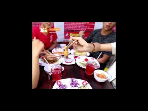Quang Bảo ăn con đuông dừa