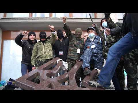 Символ единой Украины расколот толпой