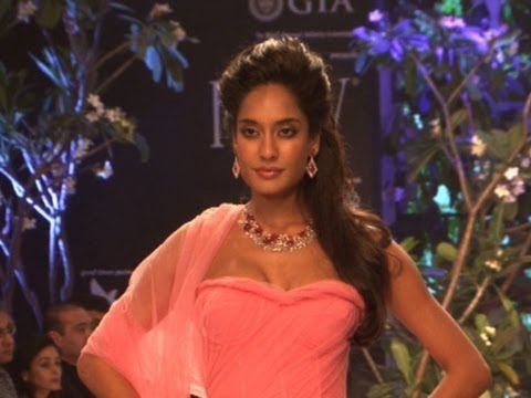 Lisa Haydon Grace the ramp at IIJW 2013