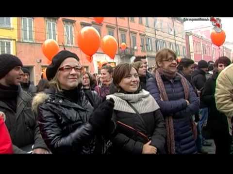 Modena, bacio collettivo in piazza contro Giovanardi