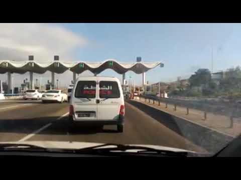 شاهد.. سيارة الأمن الوطني تتملص من أداء ثمن تذكرة الطريق السيارة