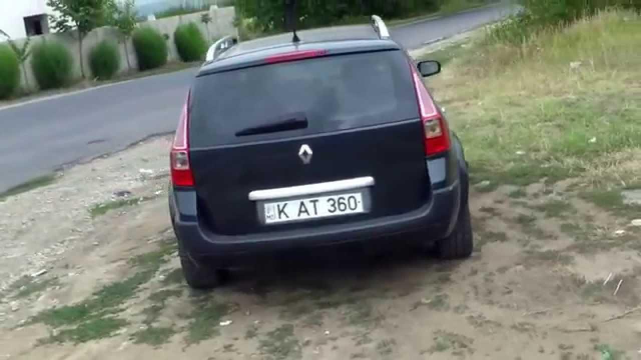 Mașini parcate pe sol deschis, una e fără numere