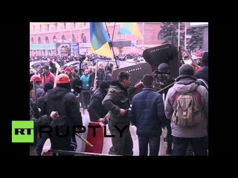 Ukraine: Clashes as pro-Russian protesters seize government building
