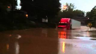 Truck besar ini memaksakan melewati banjir