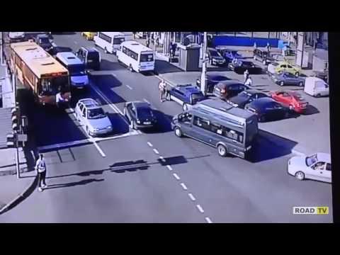 Водитель автобуса чуть не попал под колеса своего автобуса