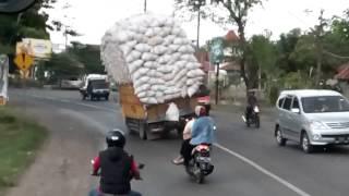 Camión cargado vuelca en cámara lenta