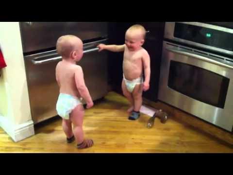 Video  Babys unterhalten sich - baby redet baby zwillinge baby suess twins