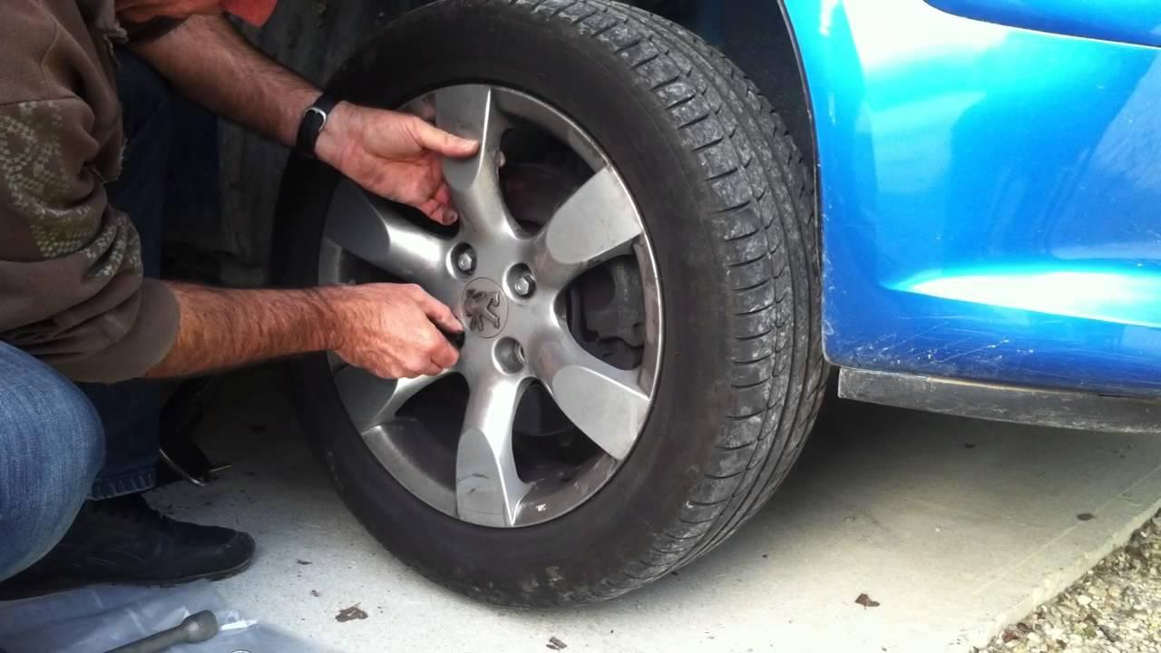 comment d monter une roue de voiture changer les pneus de votre voiture r paration auto youtube. Black Bedroom Furniture Sets. Home Design Ideas