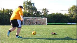 Gordos con grandes habilidades cobrando faltas en fútbol