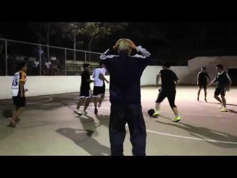 image Séan Garnier se déguise en vieux et faire une partie de foot avec les jeunes