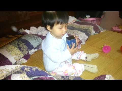 Em bé 8 tháng tuổi nghe và lak.....lư theo nhạc (part 2)