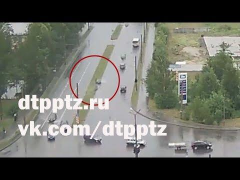 На улице Лыжная, не справившись с эффектом аквапланирования, легковой автомобиль вылетел на полосу встречного движения