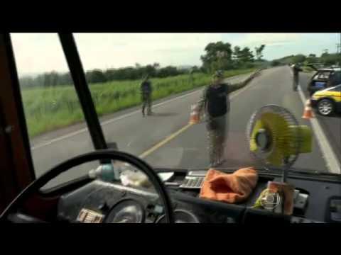 A Teia Baroni, Oliveira e Miltinho capotam com caminhão carregado de galinhas