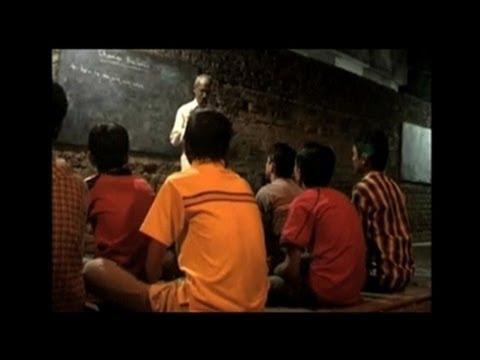 Lớp học mỗi tối dưới ánh đèn đường