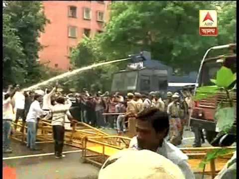 VHP workers protest in new delhi, they are being dispersed by using water canon.